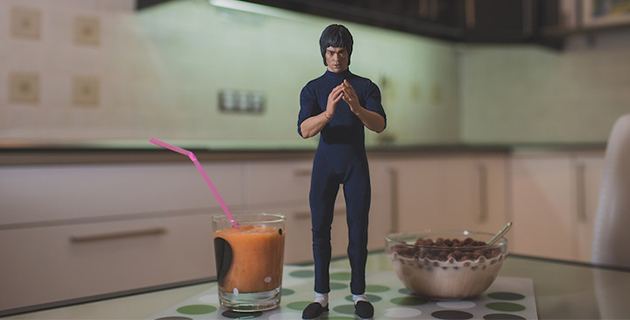 Bruce Lee preparing breakfast | VSE OK