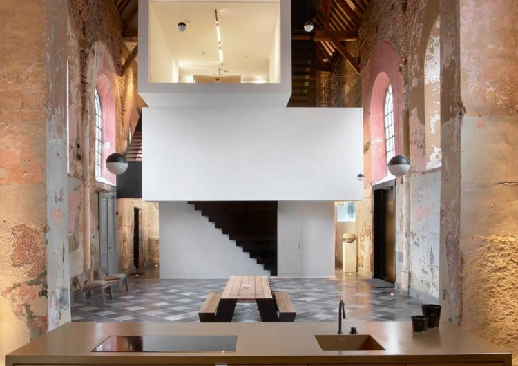 Klaarchitectuur renovate a chapel into a coworking space